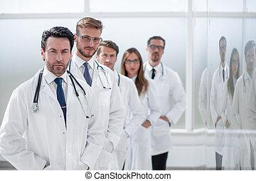 standing, centro, medico, corridoio, personale ospedale