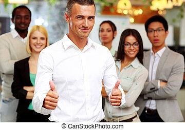 standing, colleghi, suo, su, pollici, fronte, uomo affari, felice