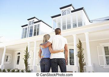 standing, coppia, giovane, esterno, casa, sogno