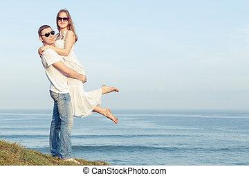 standing, coppia, time., spiaggia, giorno, amare