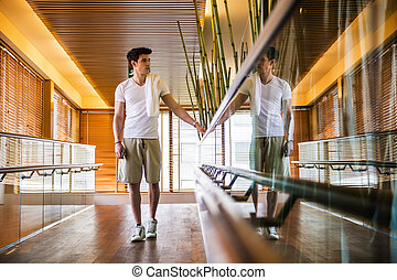 standing, corridoio, rotaia, giovane, mano, presa a terra, uomo