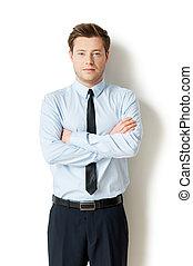 standing, custodia, successful., isolato, formalwear, giovane guardare, fiducioso, mentre, macchina fotografica, bracci attraversati, bianco, uomo