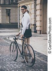 standing, dall'aspetto, suo, bicicletta, work., prendere, giovane, occhiali, mano, allegro, mentre, macchina fotografica, presa a terra, fuori, sorriso, vista, retro, uomo