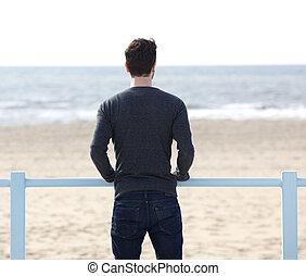 standing, dall'aspetto, uomo, mare, fuori
