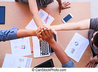 standing, diversità, concetto, spazio, impilamento, ufficio., sopra, vista, collaborazione, lavoro squadra, mobile, mani, tavola, donna d'affari, copia, riunione, cima, uomini affari
