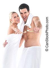 standing, donna, asciugamano, presa a terra, adattare, coppia, su, isolato, dall'aspetto, macchina fotografica, toothbrushes., fondo, chiudere, sexy, bianco, sopra, uomo
