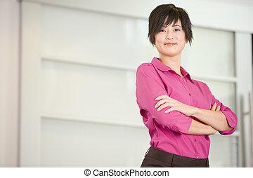 standing, donna d'affari, sorridente, dentro