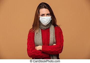 standing, donna, maschera protettiva, dall'aspetto, macchina fotografica, attraversato, ammalato, mani