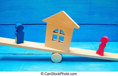 standing, donna, scale., persone., legale, divisione, means., conflitto, divorzio, clarification, house., uomo, proprietà, proprietà, prova, corte, legno, figure