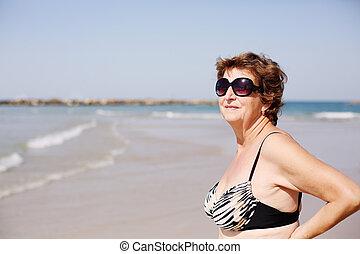 standing, donna senior, spiaggia