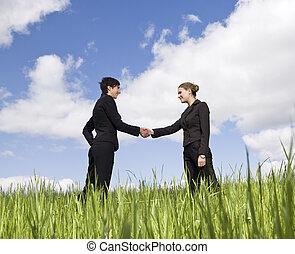 standing, due mani, erba, tremante, donne