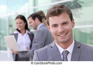 standing, gruppo, persone, fronte, uomo affari, bello