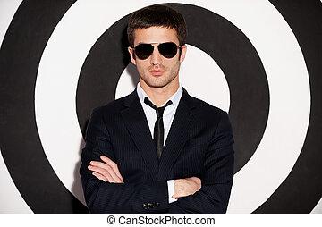 standing, handsome., custodia, braccia, formalwear, giovane, fiducioso, mentre, attraversato, contro, fondo, nero, bianco, uomo, bello