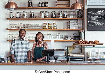 standing, imprenditori, contatore, due, giovane, loro, panetteria, africano, sorridente