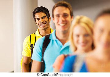 standing, indiano, studente maschio, fila