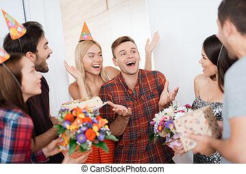 standing, intorno, apparecchiato, ospiti, birthday., sorpresa, loro., ragazza, ha, tipo