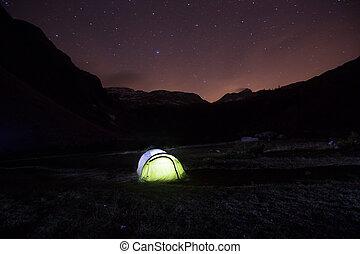 standing, montagna, cielo stellato, sotto, pascolo, tenda