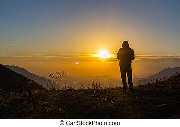 standing, montagne, silhouette, cima, giovane, uomo