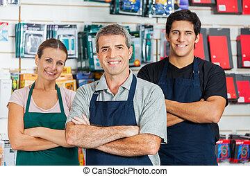 standing, negozio, salespeople, braccia, hardware, attraversato