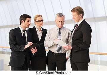 standing, persone affari, formalwear, quattro, mentre, altro, qualcosa, ciascuno, chiudere, discutere, colleghi.