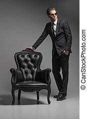 standing, pieno, occhiali da sole, grigio, vendemmia, uomini, isolato, giovane, fiducioso, mentre, chair., lunghezza, sedia, uomini affari