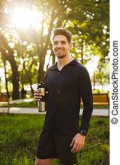 standing, presa a terra, natura, idoneità, parco, giovane, sport, verde, bottiglia, water., uomo sorridente, bello