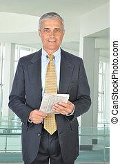 standing, sezione finanziaria, mezzo, uomo affari, invecchiato