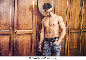 standing, shirtless, giovane, contro, guardaroba, sexy, uomo, bello