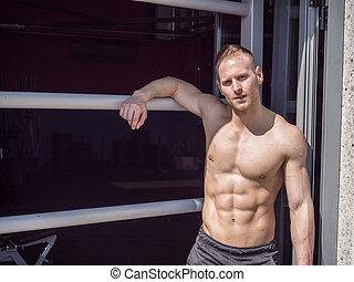 standing, shirtless, giovane, muscolare, palestra, uomo