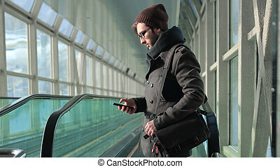 standing, sms, giovane, mentre, sottopassaggio, lettura, uomo