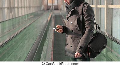 standing, sms, giovane, sottopassaggio, dattilografia, uomo