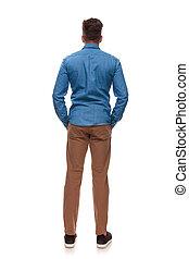 standing, tasche, mani, uomo, casuale, vista posteriore