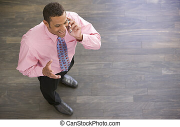 standing, telefono, dentro, cellulare, usando, uomo affari, sorridente
