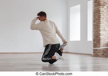 standing, testa, suo, fondo, ballo, ballo, moderno, giovane, contro, walls., rottura, presa a terra, piede, bianco, studio, uomo