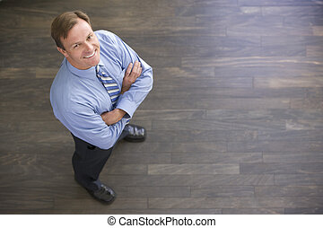 standing, uomo affari, sorridente, dentro