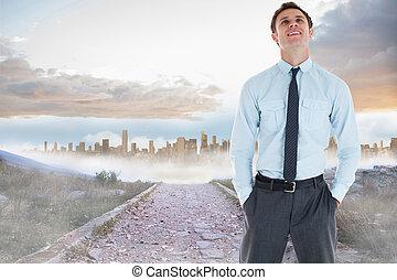 standing, urbano, roccioso, sdraiarsi, tasca, condurre, contro, mano, grande, percorso, uomo affari, sorridente
