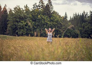 standing, vita, donna, prato, lei, testa, mezzo, dietro, godere, braccio