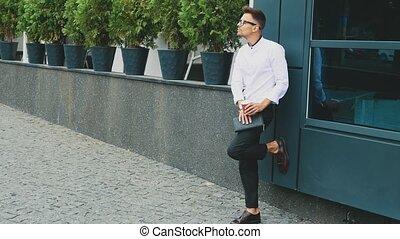 stands, business, habillé, jeune, bureau., homme affaires, vêtements, lunettes
