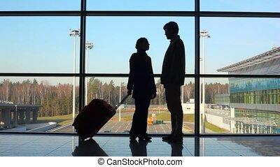 stands, couple, aéroport, contre, silhouettes, fenêtre
