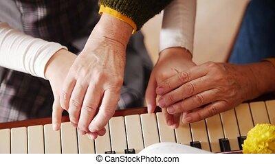 stands, elle, playing., sommet, lesson., prof, aîné, musique...