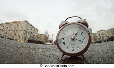 stands, en mouvement, clocks, route, bord route, devant, voitures