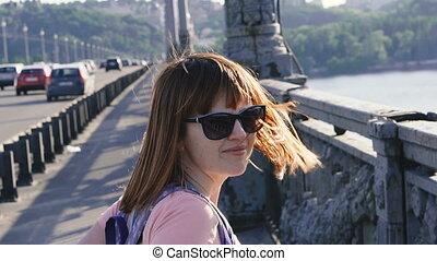 stands, girl, elle, cheveux, pont, vent, gonflé