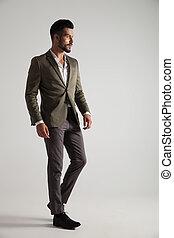 stands, gris, élégant, regarde, complet, côté, homme