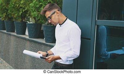 stands, lunettes, bureau., business, homme affaires, jeune, habillé, vêtements