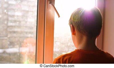 stands, neige, ensoleillé, jeune, suivant, day., hiver, fenêtre, regarde, tomber, type