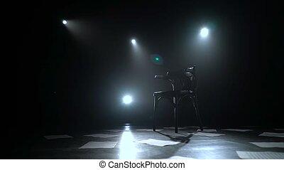 stands, plancher, scattered., fond, sombre, milieu, lanternes, studio, fumée, feuilles, noir, chaise