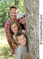 stanie za, drzewo, uśmiechanie się, rodzina