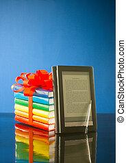 stapel boeken, met, elektronisch boek, lezer, tegen, blauwe achtergrond