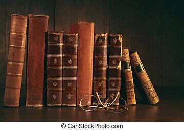 stapel, van, oude boeken, met, bril op, bureau