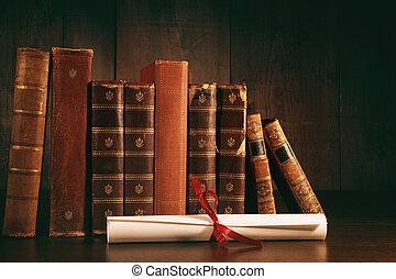 stapel, van, oude boeken, met, diploma, op bureau